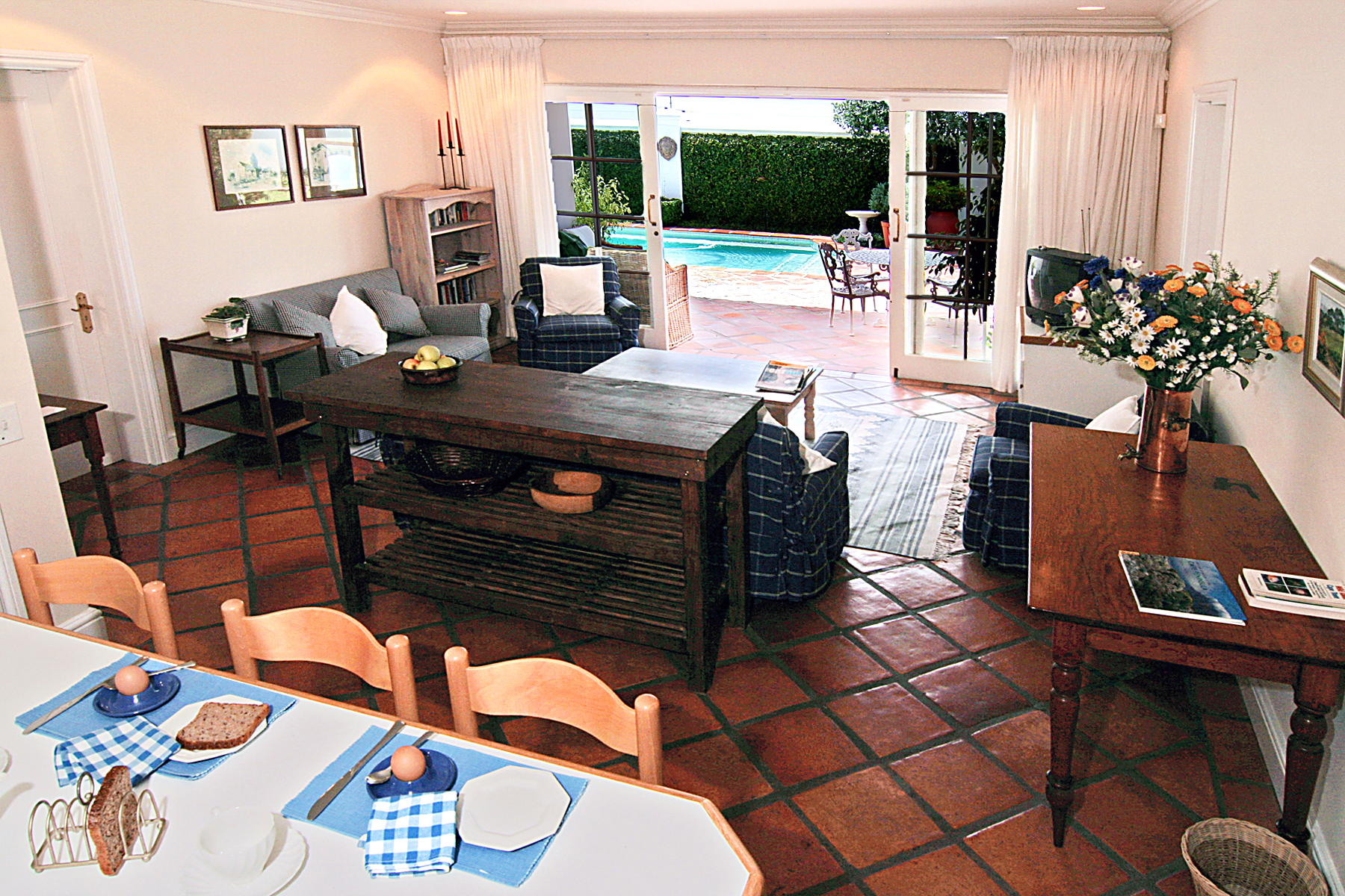 Mel's Place Family room IMG_4443a